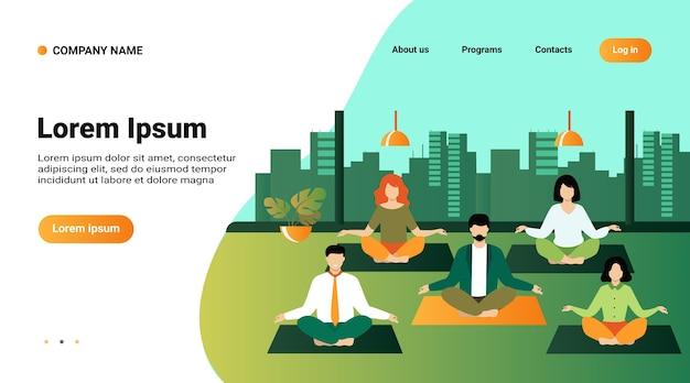 Офисные люди, практикующие йогу и медитацию. менеджеры, тренирующиеся и медитирующие в позе лотоса во время перерыва в работе