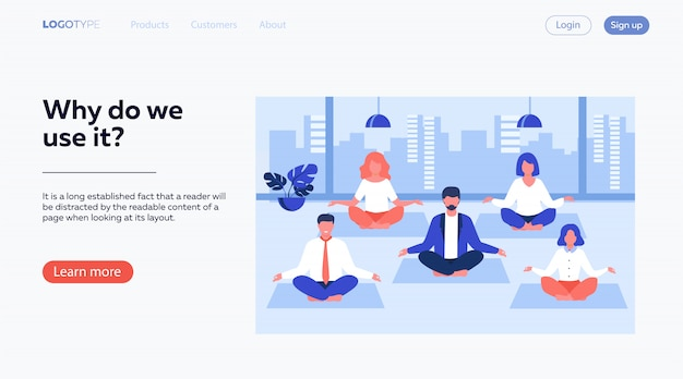 Офисные люди, практикующие йогу и медитацию