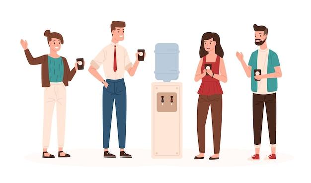 사무실 직원이나 동료들이 정수기나 디스펜서 근처에 서서 술을 마시고 수다를 떨고 있습니다. 커피 휴식 시간 동안 웃고 있는 남성과 여성 점원. 평면 만화 스타일의 벡터 일러스트 레이 션.