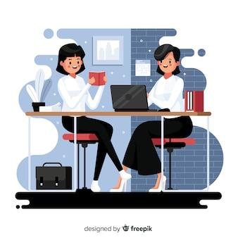 机に座っているオフィスワーカー