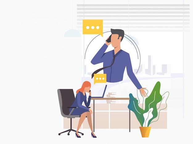 Офисные работники говорят по мобильным телефонам