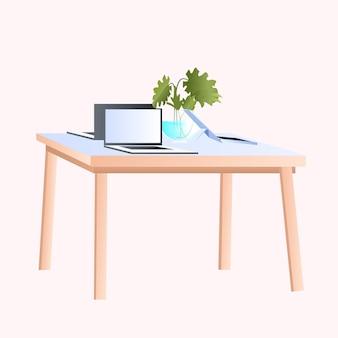 Рабочий стол на рабочем месте с ноутбуками, изолированные на белом фоне