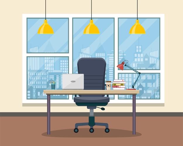 Рабочее место офиса со столом, книжным шкафом, окном.