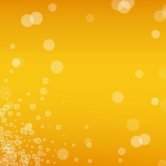 オクトーバーフェストの背景。ビールの泡。ラガースプラッシュを作ります。リアルな泡のあるチェコのエールのパイント。パブのための冷たい液体の飲み物。オレンジ色のメニューレイアウト。ビールの背景に黄色いマグカップ。