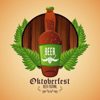 Плакат фестиваля празднования октоберфест с пивной бутылкой в деревянной рамке.