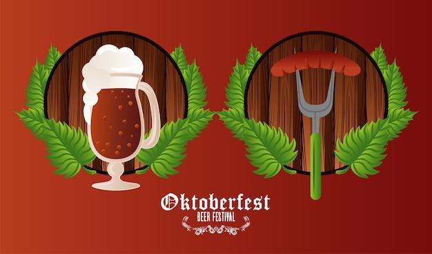 Плакат фестиваля празднования октоберфеста с пивной чашкой и колбасой в вилке.