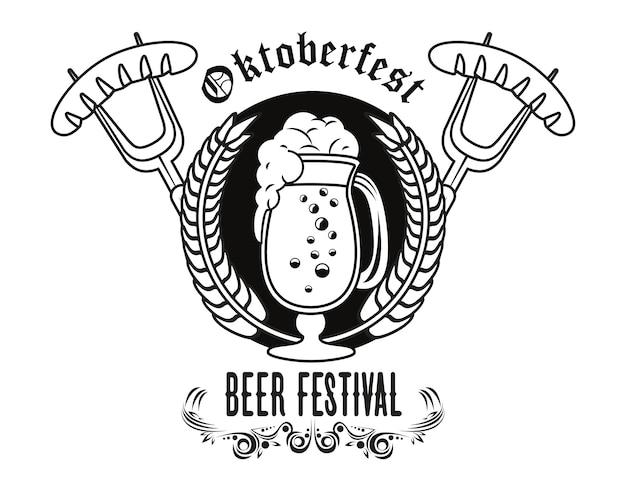 Плакат фестиваля празднования октоберфест с пивной чашкой и сосисками в вилках.