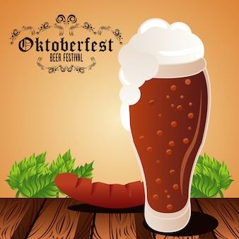 Плакат фестиваля празднования октоберфеста с пивным бокалом и колбасой.
