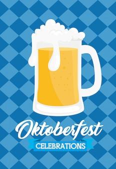 Празднование фестиваля октоберфест с банкой пива