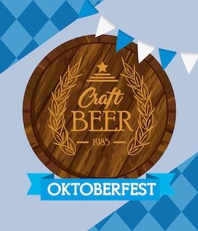 Празднование фестиваля октоберфест с деревянной бочкой пивного ремесла дизайн векторной иллюстрации