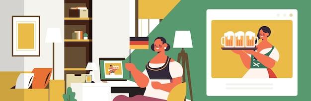 Октоберфест участник празднования женщина с пивными кружками