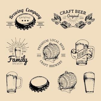 古い醸造所のロゴセット。手でスケッチしたガラス、バレル、ボトル、マグカップ、やかん、ハーブ、植物とクラフトビールのレトロな看板やアイコン。ヴィンテージ自家醸造のラベルやバッジをベクトルします。