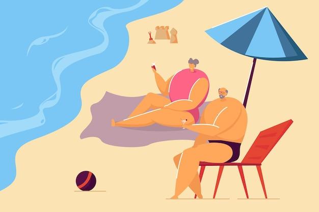 Старая пара, лежа на пляже плоской векторной иллюстрации. муж пьет напиток и жена фотографирует, проводя время вместе летом. пенсия, отдых, концепция курорта
