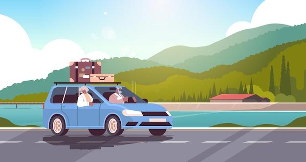 주간 휴가에 차를 운전하는 오래된 가족 수석 아프리카 계 미국인 여행자 몇 자동차 활성 노년 개념 풍경 배경 수평 벡터 일러스트 레이 션으로 여행