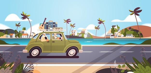 활성 노년 개념으로 여행하는 주간 휴가 노인 여행자 부부에서 차를 운전하는 노부부