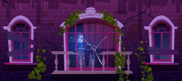 Vecchia casa infestata con fantasma di donna nella finestra rotta
