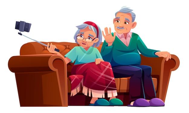 老人と女性は一脚付きのスマートフォンでselfieを取る。