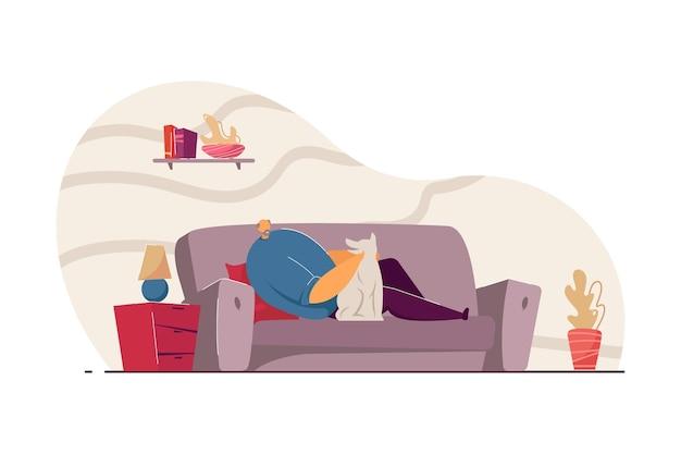강아지 평면 벡터 일러스트와 함께 소파에 누워 있는 노인. 사랑스러운 애완 동물과 시간을 보내고 집에서 쉬고 수석 남자. 국내 동물, 배너, 웹 사이트 디자인 또는 방문 웹 페이지에 대한 은퇴 개념
