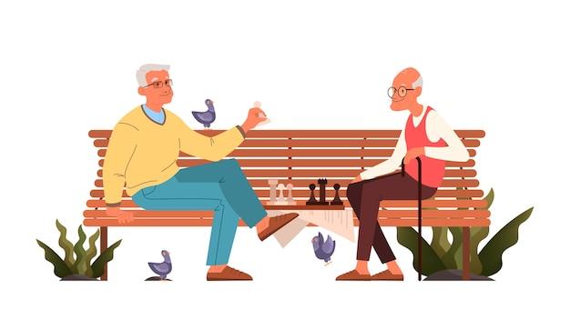 Старики играют в шахматы. пожилые люди, сидя на скамейке в парке с шахматной доской. шахматный турнир между двумя стариками.