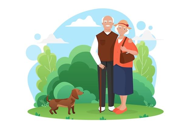 Пожилая пара пожилых людей гуляет с маленькой собакой в парке