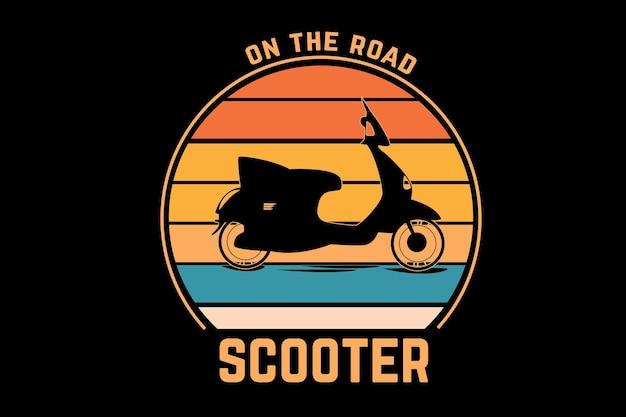 В дороге скутер цвет оранжево-желтый и зеленый