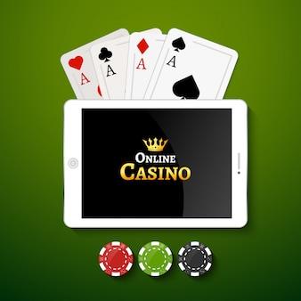 オンラインカジノの背景。ポーカー用のチップとテーブルの上のカードを搭載したタブレットします。カジノギャンブルの背景、ポーカーモバイルアプリ