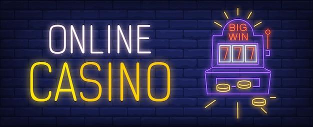 Знак неонового казино. выигравший игровой автомат и световая надпись