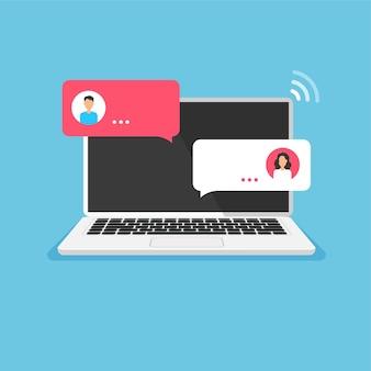 Концепция онлайн-чата открытый ноутбук с диалоговыми речевыми окнами беседа на дисплее компьютера