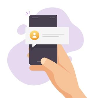 Текстовое уведомление о сообщениях онлайн-чата на мобильном телефоне в руке