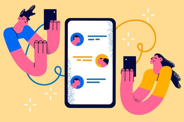 온라인 커뮤니케이션 및 채팅 개념입니다. 온라인 채팅 벡터 일러스트레이션 중에 스마트폰 화면을 들고 있는 두 젊은 남녀 커플 만화 캐릭터