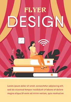 온라인 과정 및 학생 개념. 책의 스택에 앉아 인터넷에서 공부하기 위해 노트북을 사용하는 여자. 플라이어 템플릿