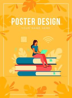 온라인 과정 및 학생 개념. 책의 스택에 앉아 인터넷에서 공부하기 위해 노트북을 사용하는 여자