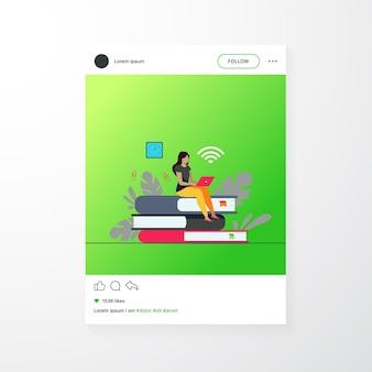 Corsi online e concetto di studente. donna seduta su una pila di libri e utilizzando laptop per studiare in internet. illustrazione vettoriale piatto per apprendimento a distanza, conoscenza, argomenti scolastici
