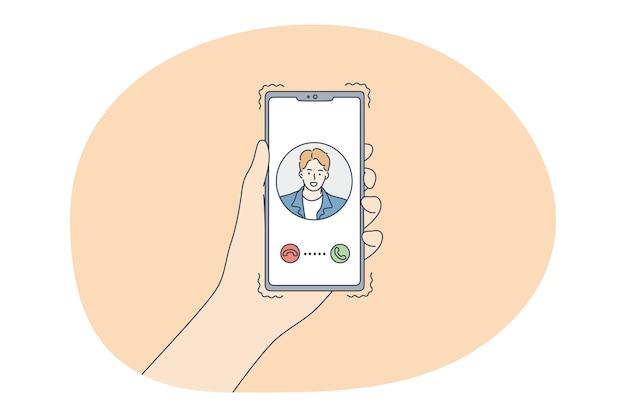 オンラインデート、スマートフォンを使用して、コミュニケーションの概念。スマートフォンを選択して女性の手