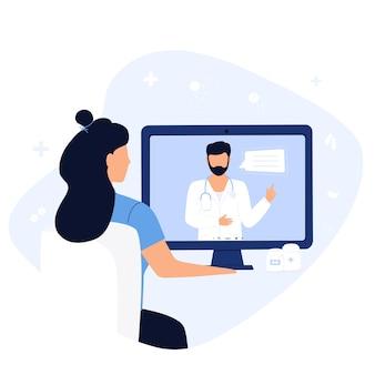 온라인 의사 상담. 환자는 치료사와 원격 예약을 하고 있습니다. 한 여성이 노트북으로 영상통화를 하며 의료진과 대화를 나누고 있다. 원격 의료 개념입니다.