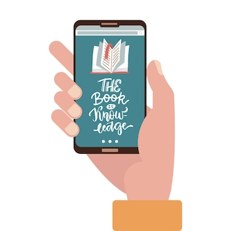 Концепция онлайн-образования - рука, держащая мобильный телефон с образовательным приложением на экране.