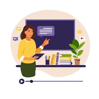 온라인 학습 개념. 칠판에 교사, 비디오 수업. 학교에서 원격 학습.