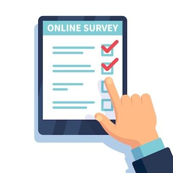 オンライン調査。インターネット調査、テストフォームとタブレットを保持している手。モバイルアンケート、顧客投票