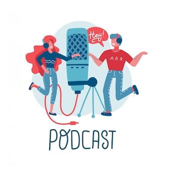 オンライントレーニング、ポッドキャスト、ラジオ。ポッドキャストのコンセプト。ポッドキャストを作成するために一緒に働く人々。大きなマイク付きの漫画のキャラクター。レタリングとフラット分離イラスト。