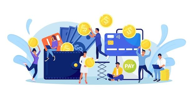 스마트폰에서 지갑으로 현금을 온라인으로 인출합니다. 디지털 지갑으로 송금. 캐쉬백, 보상 개념입니다. 작은 사람들은 신용 카드, 달러 지폐와 함께 지갑에 거대한 동전을 넣습니다. 온라인 결제
