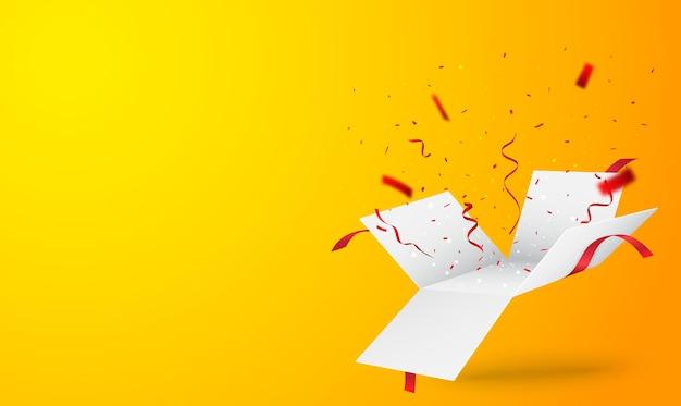 Открытая коробка с золотым и красным конфетти изолированы