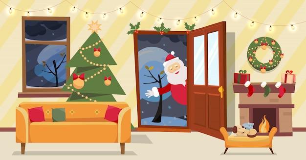Открытая дверь и окно с видом на заснеженные деревья. елка, подарки в коробках и мебели, венок, камин внутри. дед мороз заглядывает в дверной проем, приносит подарки. плоский мультфильм вектор