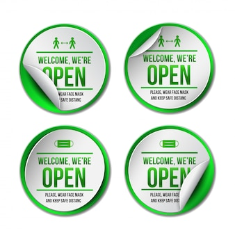 Открытый знак на зеленой этикетке - добро пожаловать обратно набор информационного знака для входной двери о работе снова. держите социальную дистанцию и носите маску. иллюстрация на белом.