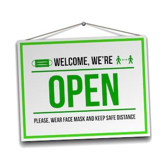 Открытая табличка на входной двери - добро пожаловать обратно. мы снова работаем. держите социальную дистанцию и носите маску. изолированные на белом