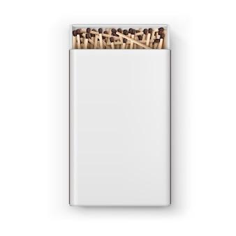 Открытая большая пустая коробка с коричневыми спичками сверху на белом фоне