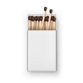 Открытая пустая коробка с коричневыми спичками сверху на белом фоне