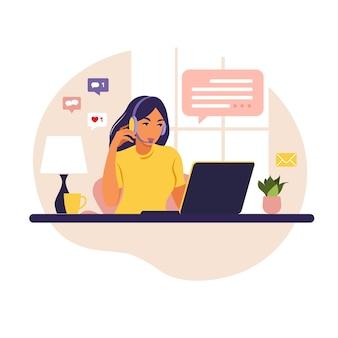 Девушка оператора с компьютером, наушниками и микрофоном. аутсорсинг, консультации, работа онлайн, удаление работы. колл-центр. квартира на белом фоне.