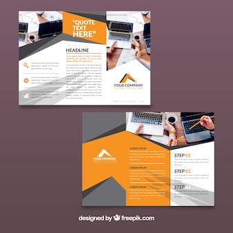オレンジとグレーの三角形のビジネスパンフレットのテンプレート