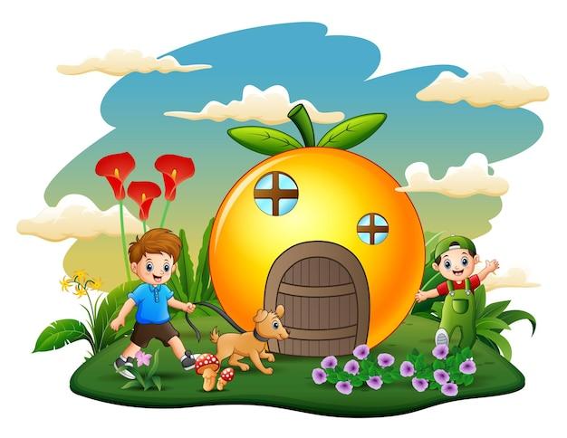 公園で遊んで幸せな子供たちとオレンジ色の家