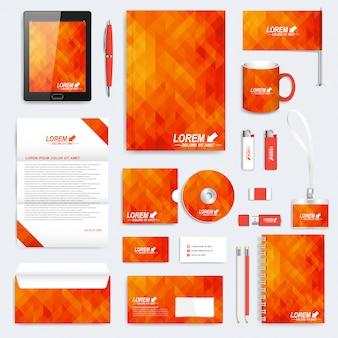 Оранжевый набор фирменного стиля шаблона. современные канцтовары. фон с оранжевыми и желтыми треугольниками. бизнес, наука, медицина и технологии дизайна. брендинг дизайн.